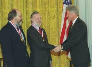 Verleihung der Fields-Auszeichnung an Richie (Mitte) und Thompson (Links) in 1999